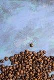 Chicchi di caff? arrostiti all'ingrosso su un fondo blu il cofee scuro ha arrostito il caff? dell'aroma di sapore del grano, fond fotografia stock libera da diritti
