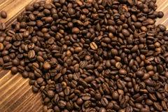 Chicchi di caff? arrostiti all'ingrosso su un fondo di legno immagini stock