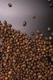 Chicchi di caff? arrostiti all'ingrosso su un fondo nero il cofee scuro ha arrostito il caff? dell'aroma di sapore del grano, fon fotografia stock libera da diritti
