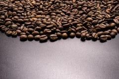 Chicchi di caff? arrostiti all'ingrosso su un fondo nero il cofee scuro ha arrostito il caff? dell'aroma di sapore del grano, fon fotografie stock