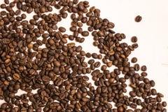 Chicchi di caff? arrostiti all'ingrosso su un fondo rosa-chiaro fotografie stock libere da diritti