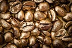 Chicchi di caffè dorati Fondo Struttura Fotografia Stock Libera da Diritti