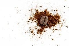 Chicchi di caffè isolati su priorità bassa bianca Immagine Stock Libera da Diritti