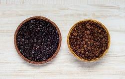 Chicchi di caffè neri e marroni Fotografia Stock