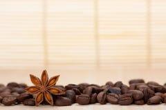 Chicchi di caffè su superficie di legno Immagini Stock Libere da Diritti
