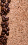 Chicchi di caffè su una priorità bassa di struttura del corkwood Immagini Stock Libere da Diritti