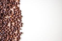 Chicchi di caff? sul fondo del braun fotografie stock