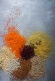Chicchi di grano, cereali e fagioli organici crudi, fondo del cereale, vista superiore Fotografia Stock Libera da Diritti