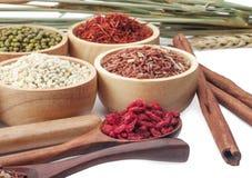 Chicchi di grano, semi, fagioli isolati su fondo bianco Fotografie Stock