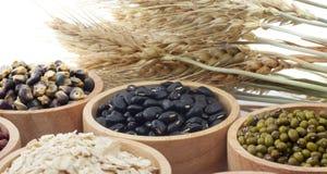 Chicchi di grano, semi, fagioli su bianco fotografia stock libera da diritti