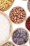 Chicchi di grano, semi, fagioli su fondo di legno Immagine Stock Libera da Diritti