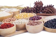 Chicchi di grano, semi, fagioli su fondo di legno Fotografia Stock