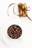 Chicchi e cannella di caffè immagini stock