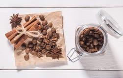 Chicchi e cannella di caffè Immagine Stock