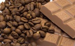 Chicchi e cioccolato di caffè Fotografia Stock