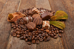 Chicchi e cioccolato di caffè fotografie stock libere da diritti