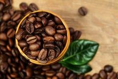 Chicchi e foglie di caffè fotografie stock