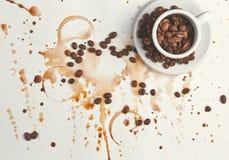 Chicchi e fondo di caffè Immagini Stock Libere da Diritti