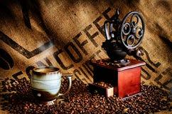 Chicchi e smerigliatrice di caffè Fotografie Stock Libere da Diritti