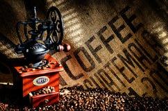 Chicchi e smerigliatrice di caffè Fotografia Stock