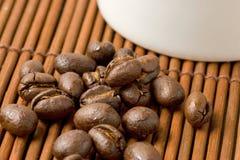 Chicchi e tazza di caffè Immagine Stock Libera da Diritti