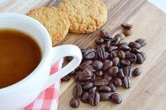 Chicchi e tazza di caffè con i biscotti Immagini Stock Libere da Diritti