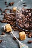 Chicchi e zucchero bruno di caffè su un fondo d'annata Fotografie Stock