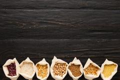 Chicchi liberi del vario glutine su fondo di legno, spazio della copia Fotografia Stock Libera da Diritti