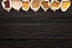 Chicchi liberi del vario glutine su fondo di legno, spazio della copia Fotografie Stock Libere da Diritti