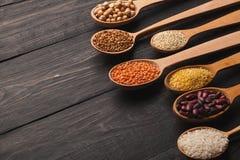 Chicchi liberi del vario glutine su fondo di legno, spazio della copia Immagine Stock Libera da Diritti