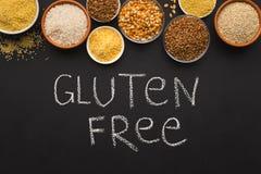 Chicchi liberi del vario glutine su fondo nero con lo spazio della copia Immagini Stock Libere da Diritti