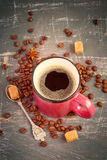 Chicchi rosa del caffè espresso e di caffè della tazza su un fondo d'annata tinta Fotografia Stock