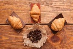 Chicchi, tazza e dessert arrostiti di caffè Immagine Stock