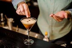 Chicco di caffè bianco della schiuma del barista del caffè espresso della bevanda di classe del cocktail Fotografia Stock Libera da Diritti