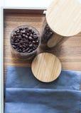 Chicco di caffè in bottiglia di vetro sul vassoio di legno Fotografie Stock Libere da Diritti