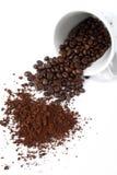 Chicco di caffè con la tazza di caffè fotografie stock