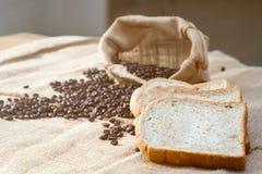 Chicco di caffè e pane affettato che dispongono insieme Fotografia Stock Libera da Diritti