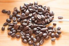 Chicco di caffè fresco dopo arrostito sulla tavola di legno Fotografia Stock