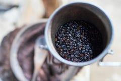 Chicco di caffè in macchina della smerigliatrice Fotografia Stock Libera da Diritti