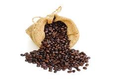 Chicco di caffè nella borsa del sacco su fondo bianco Immagine Stock