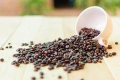 Chicco di caffè sul piatto di legno fotografie stock