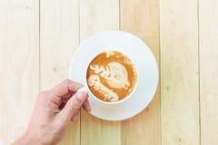 Chicco di caffè sul piatto di legno immagine stock