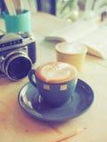Chicco di caffè sul tono d'annata di colore delle tazze Fotografia Stock Libera da Diritti