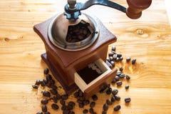 Chicco di caffè sulla smerigliatrice Fotografia Stock