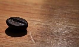 Chicco di caffè verde & chicco di caffè nero Fotografia Stock