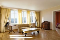 Chich meublé par salon jaune image stock
