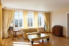 Chich meublé par salon jaune photographie stock