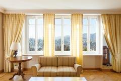 Chich meublé par salon jaune images stock