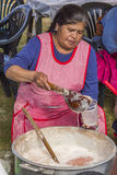 Chicha Yucay Cuzco Perú de la porción de la mujer Fotos de archivo libres de regalías