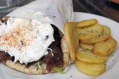 Chiche-kebab avec de la sauce à yaourt Photo stock